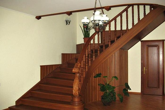 лестницы на второй этаж над входной дверью